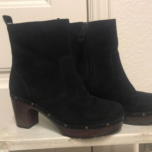 Clark's size 6 black suede boot.
